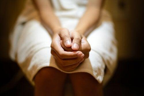 kädet ristissä pytyllä