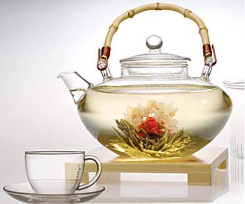 valkoinen tee rasvanpolttojuomaa
