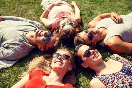 ystävykset aurinkolaiseineen
