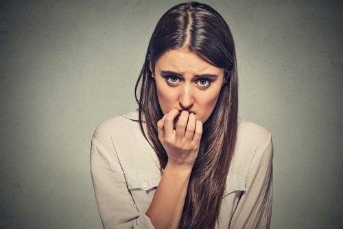 nainen puree kynsiään
