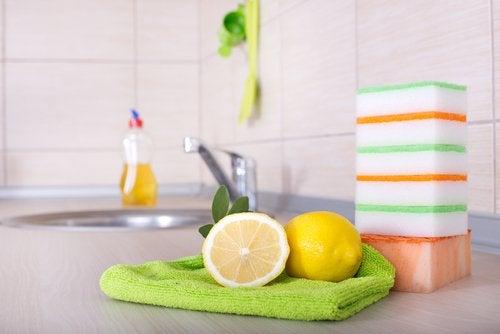 hyödynnä sitruunoita siivouksessa