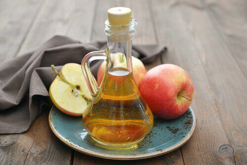 omenaviinietikkaa pullossa
