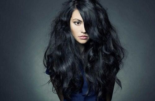 naisella paljon hiuksia