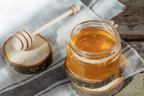 hoitoja kutisevalle kurkulle, hunaja