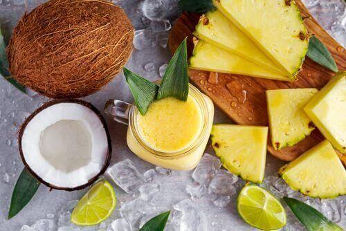 Pudota painoa ja hankkiudu eroon kertyneistä nesteistä tämän ananas-kookos-inkiväärismoothien avulla