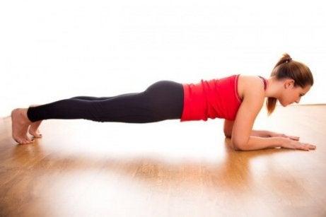 Vatsalihasten treenaaminen rasittamatta selkää: tee lankkuja.
