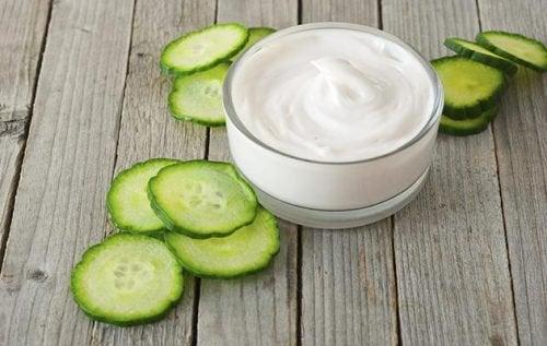 vähennä läiskiä kurkun ja jogurtin avulla
