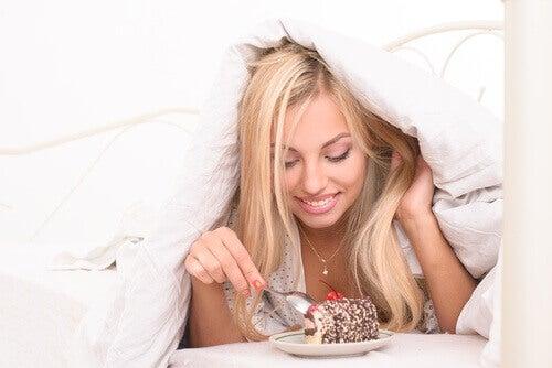 syö kakkua sängyssä