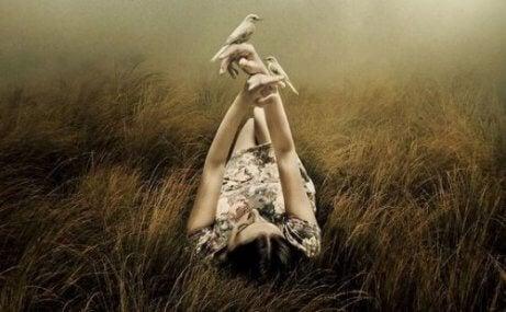 naisella lintuja käsissään