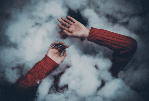 nainen pilven sisässä