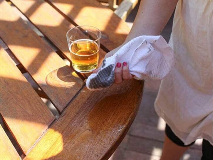 puupintojen puhdistus oluella