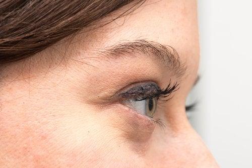 naisen iho ja silmät