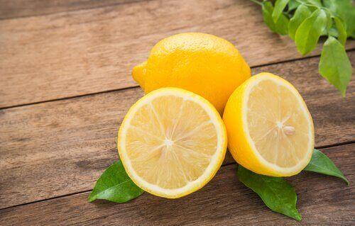 sitruunaa hiustenlähdön estämiseksi