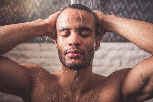 mies suihkussa