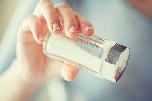 vähennä suolakäyttöä hiustenlähdön estämiseksi