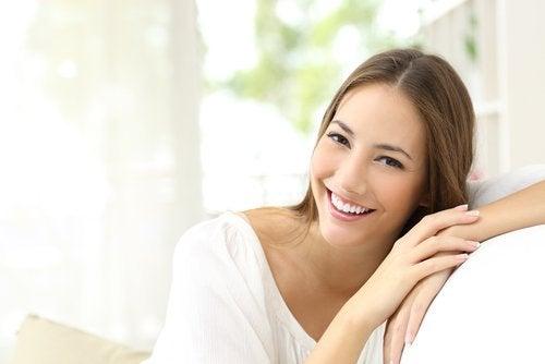 hymyilevä nainen