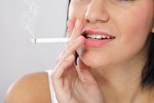 nainen pitää tupakasta