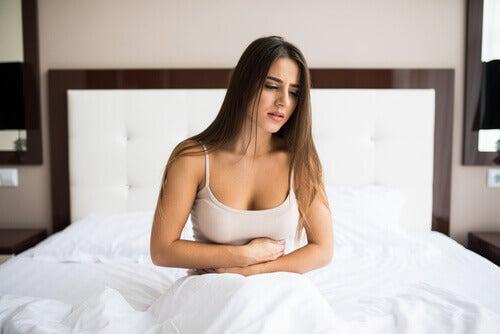 nainen voivottelee sängyssä