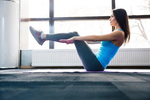 liikkeet vatsan treenaamiseksi