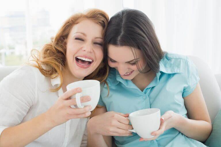 ystävykset nauravat