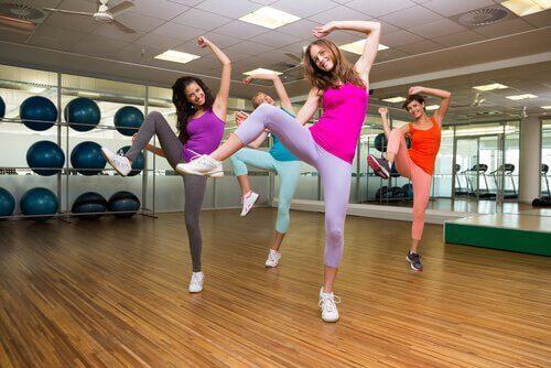 naiset tanssivat