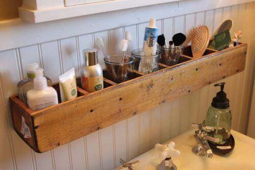 kylpyhuoneen sisustaminen seinään ripustettavilla laatikostoilla