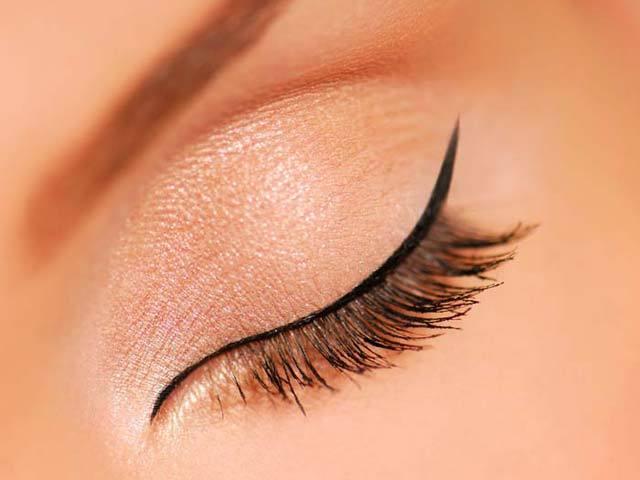 ohut rajaus eyelinerilla