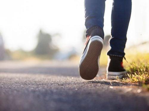joku kävelee