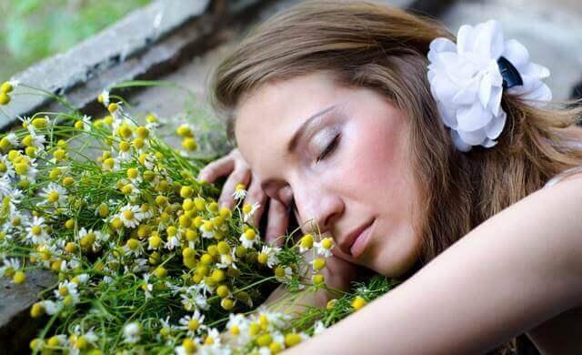 nainen nukahti kukkien päälle