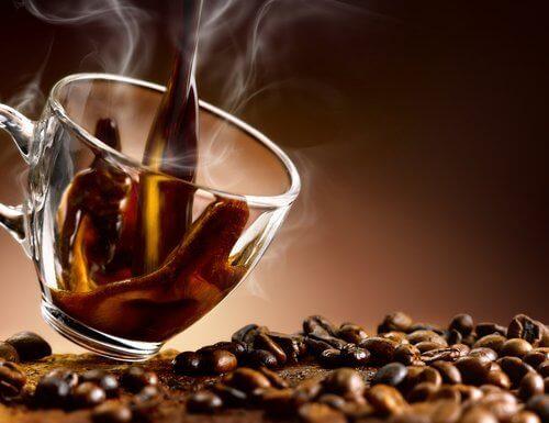 kofeiini illalla nautittuna aiheuttaa painonnousua yön aikana