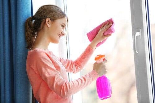 käytä Coca-Colaa kotona ikkunan puhdistus