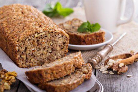 Laktoositon ja gluteeniton leipä kaurasta, saksanpähkinöistä ja banaanista