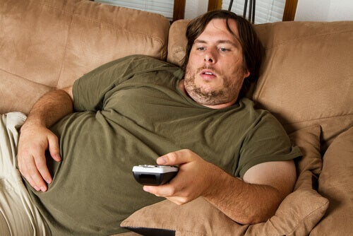 lihava mies sohvalla