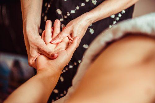 Nivelrikon ensimmäinen oire voi olla kipu - kipua ei välttämättä kuitenkaan esiinny.