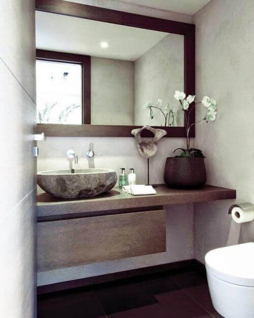 Peili tuo tilan tuntua kylpyhuoneeseen.