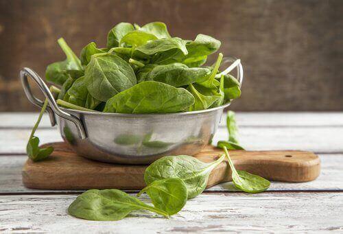 Pinaatti sisältää runsaasti K- vitamiinia ja proteiinia.