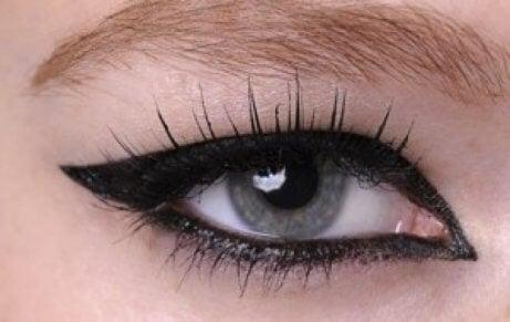 tavallinen rajaus eyelinerilla
