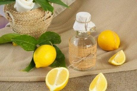 sitruuna ja etikka vaatteiden valkaisemiseksi