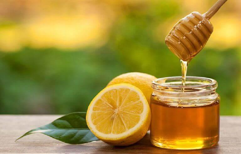 hunajaa ja sitruunaa kipeään kurkkuun