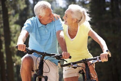 ikääntynyt pariskunta pyöräilemässä