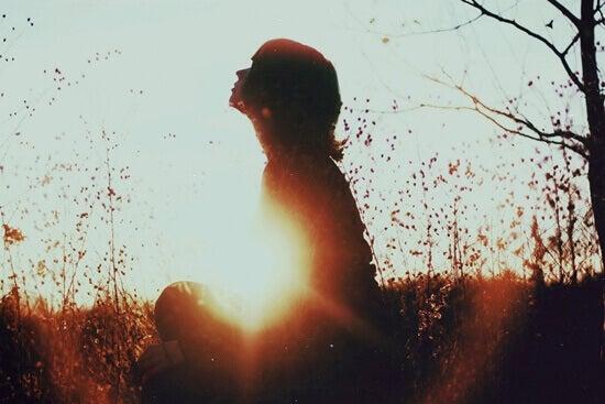 nainen metsässä yksin