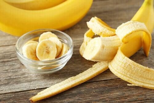 banaanilla hiuksista kiiltävät