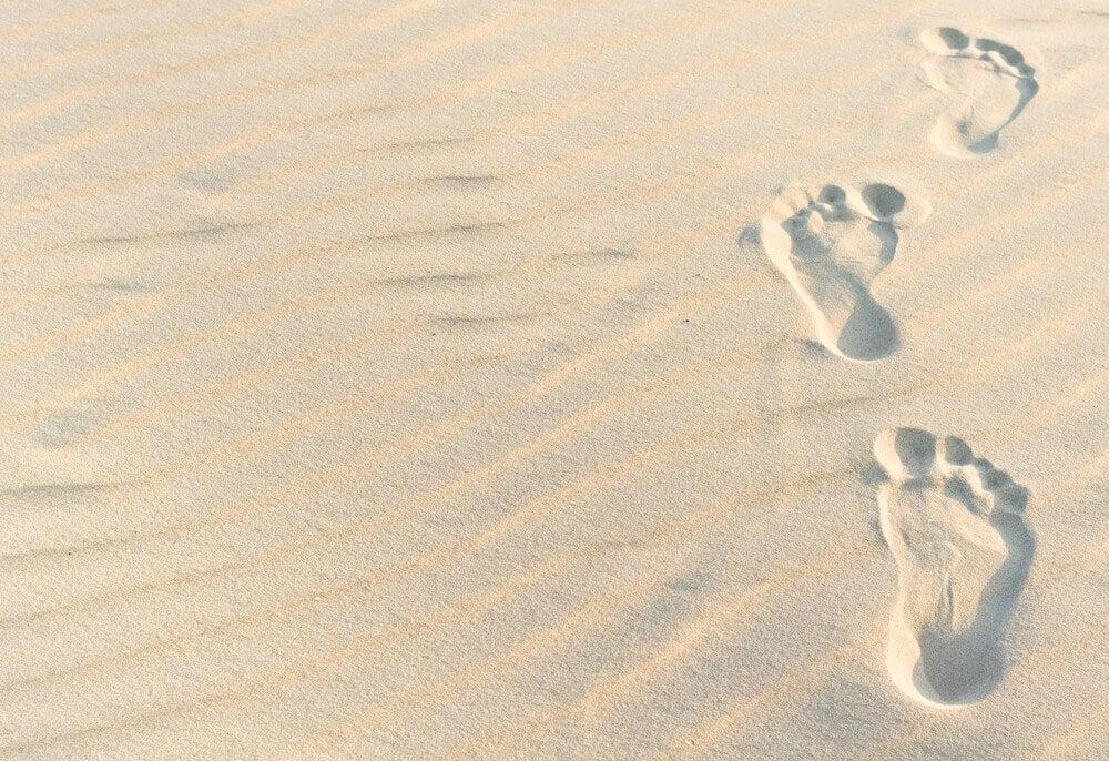 yhdet jalanjäljet hiekassa