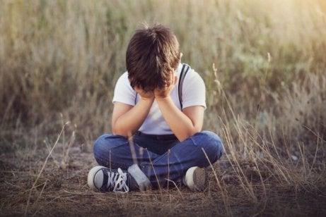 surullinen pieni poika