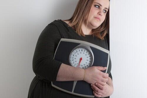 lihava tyttö ja vaaka