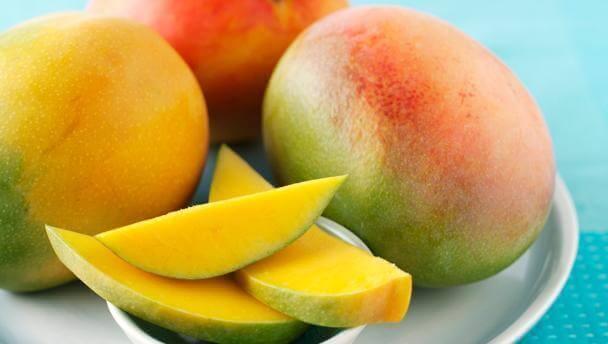 ravitsevaa salaattia mangosta