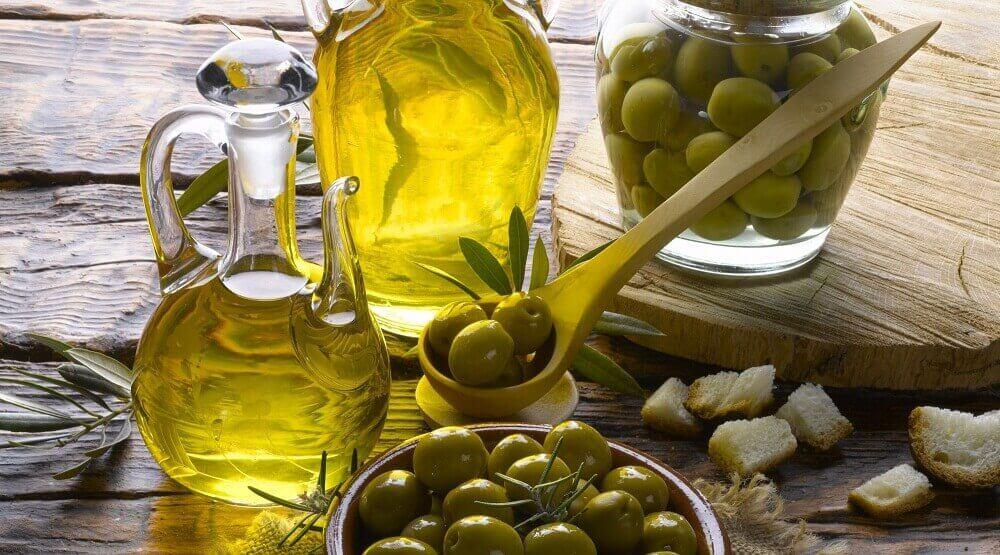 oliiviöljyllä hiuksista kiiltävät