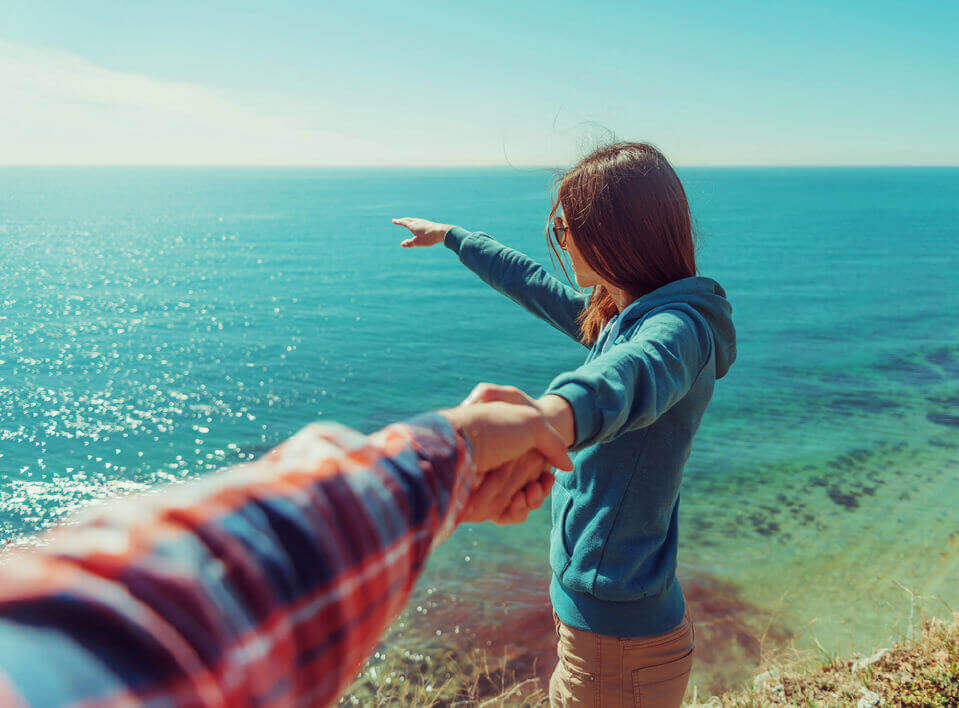 pariskunta merenrannalla