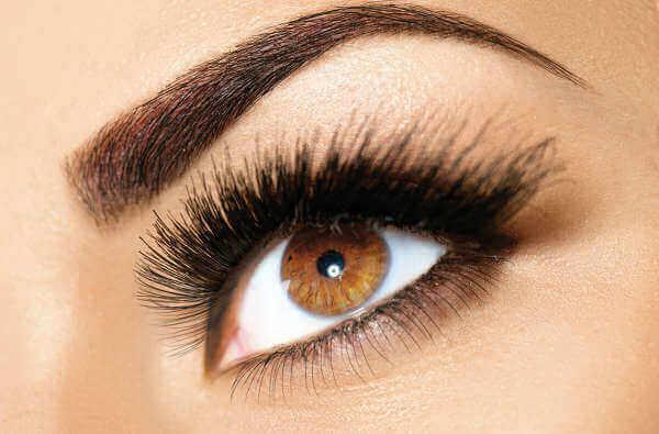 tapaa käyttää vaseliinia kulmakarvoihin ja silmäripsiin