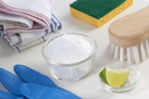 Ruokasooda auttaa poistamaan likaa vaatteista.